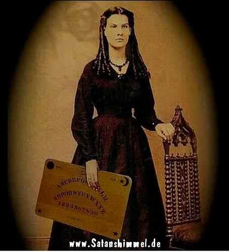 Frau mit altem Ouija-Board, welches man zur Seance verwendet.