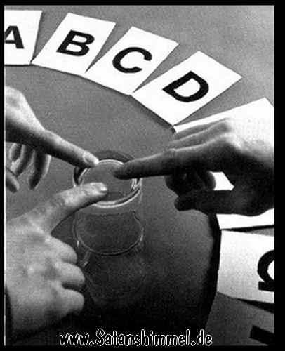 Das Gläserrücken, ähnliche Methode wie das Ouija-Board.